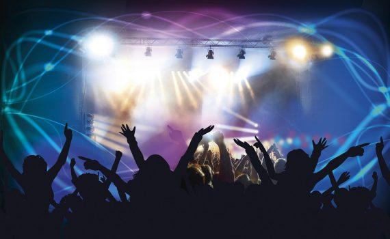Jubelndes Publikum vor einer Bühne