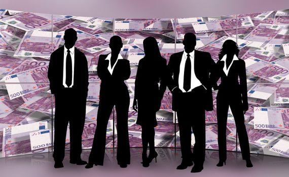Die Silhouette verschiedener Geschäftsleute vor einem Hintergrund aus Euro-Scheinen