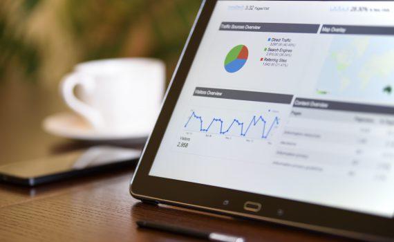 EIn Tablet mit SEO-Daten