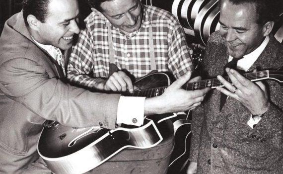 Fred Wilfer (rechts) mit Jazz-Ikone Attila Zoller (links) und Gitarrenbaumeister Richard Müller (Mitte) 1958