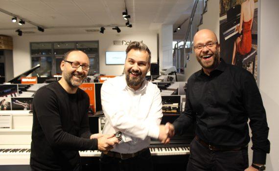 session-Geschäftsführer Udo Tschira und Filialleiter Frank Wegner-Leisner mit Roland Senior Manager Retail Jörg Kuck