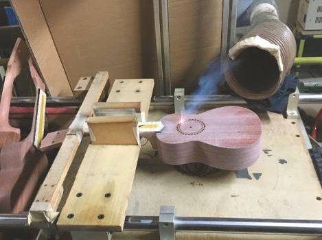Effektiv: Das Schallloch einer Ukulele wird erst nach dem Lackieren per Laser herausgeschnitten.